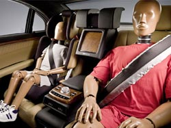 Два манекена на передних сиденьях автомобиля
