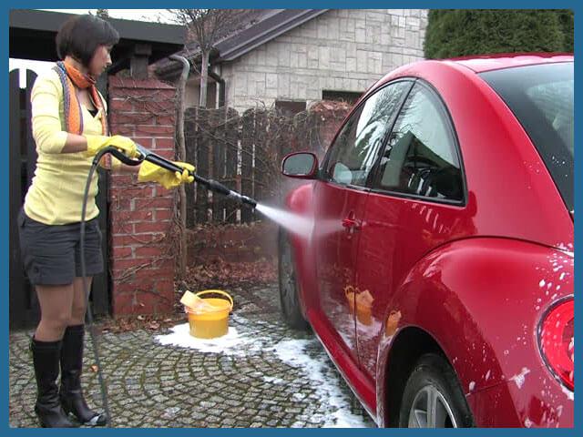 Девушка моет машину