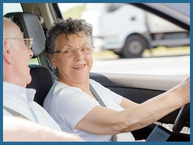 Пожилые люди за рулем