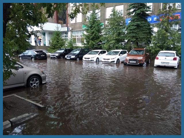Потоп во дворе с машинами