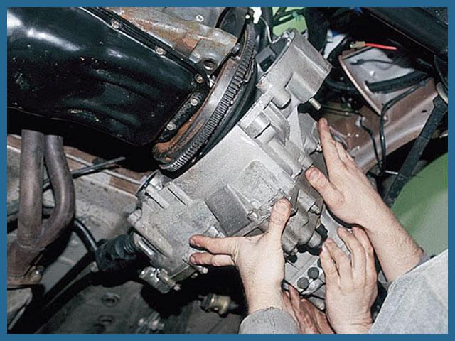 В автосервисе снимают механическую коробку